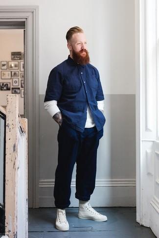 Как и с чем носить: белый свитер с круглым вырезом, темно-синяя рубашка с коротким рукавом из шамбре, темно-синие брюки чинос, белые кожаные высокие кеды