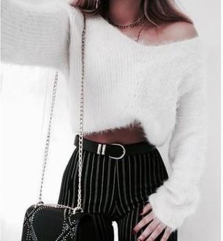 Как и с чем носить: белый свитер с круглым вырезом из мохера, черно-белые узкие брюки в вертикальную полоску, черная кожаная сумка через плечо с украшением, черный кожаный ремень