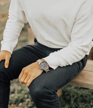 Как и с чем носить: белый свитер с круглым вырезом, черные джинсы, серебряные часы