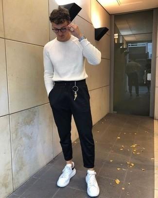 Модный лук: белый свитер с круглым вырезом, черные спортивные штаны, бело-черные кожаные низкие кеды, серебряные часы