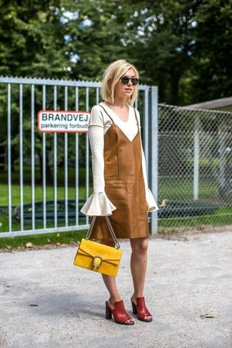 Как и с чем носить: белый свитер с v-образным вырезом, светло-коричневое кожаное платье-комбинация, темно-красные кожаные сабо, желтая замшевая сумка-саквояж