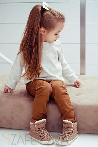 Как и с чем носить: белый свитер, табачные брюки, коричневые кеды