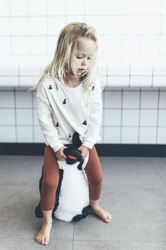 Как и с чем носить: белый свитер, табачные леггинсы