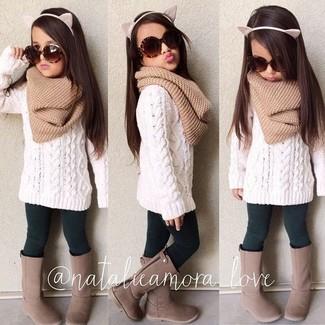 Как и с чем носить: белый свитер, темно-зеленые леггинсы, коричневые ботинки, светло-коричневый шарф