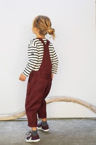 Как и с чем носить: белый свитер в горизонтальную полоску, темно-красные штаны-комбинезон, темно-красные кеды, серые носки
