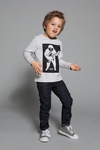 Как и с чем носить: белый свитер, черные джинсы, серые кеды