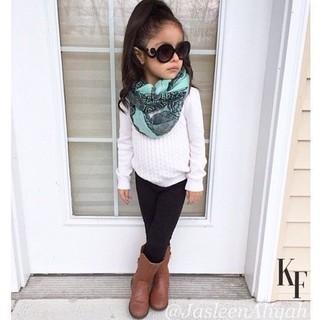 Как и с чем носить: белый свитер, черные леггинсы, коричневые ботинки, мятный шарф