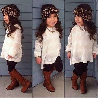 Как и с чем носить: белый свитер, черные леггинсы, коричневые ботинки
