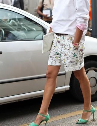 Как и с чем носить: белый свитшот, белые шорты с принтом, зеленые кожаные босоножки на каблуке, белый кожаный клатч