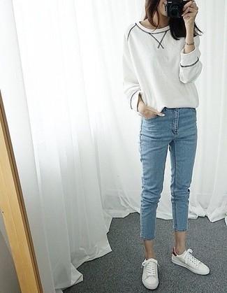 Как и с чем носить: белый свитшот, голубые джинсы скинни, белые низкие кеды