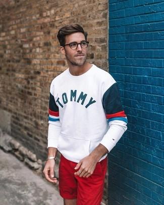 Как и с чем носить: белый свитшот с принтом, красные шорты