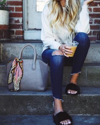 Как и с чем носить: белый свитшот, темно-синие рваные джинсы скинни, черные меховые сандалии на плоской подошве, серая кожаная большая сумка