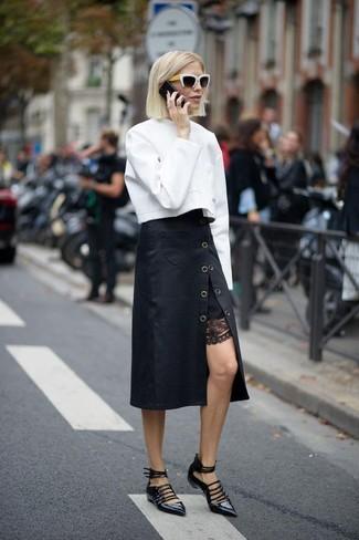 Как и с чем носить: белый свитшот, черная юбка-миди, черные кожаные балетки, черно-белые солнцезащитные очки