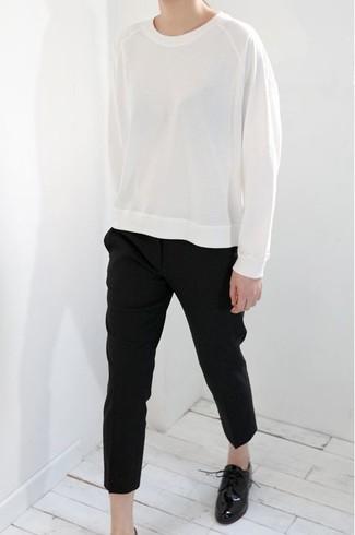 Как и с чем носить: белый свитшот, черные брюки-галифе, черные кожаные оксфорды