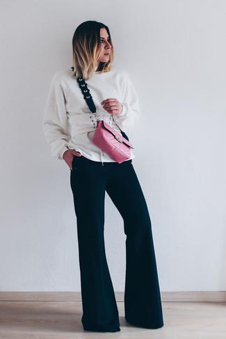 Как и с чем носить: белый свитшот, черные брюки-клеш, ярко-розовая кожаная сумка через плечо, белый кожаный пояс