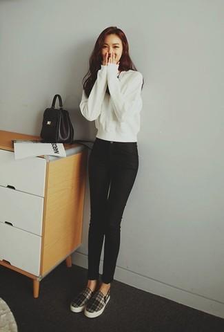 Как и с чем носить: белый свитшот, черные джинсы скинни, черно-белые слипоны в шотландскую клетку, черная кожаная сумка-саквояж