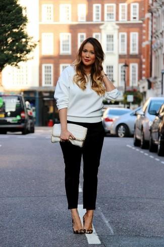 Как и с чем носить: белый свитшот, черные узкие брюки, коричневые замшевые туфли с леопардовым принтом, белый кожаный клатч