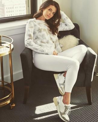 Как и с чем носить: белый свитшот c принтом тай-дай, белый свитшот, белые кожаные низкие кеды