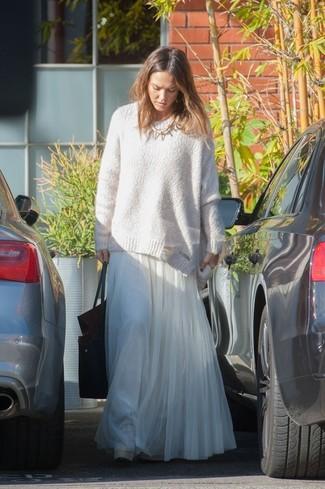 Как Jessica Alba носит Белый свободный свитер, Белая шифоновая длинная юбка со складками, Черная кожаная большая сумка, Золотое колье