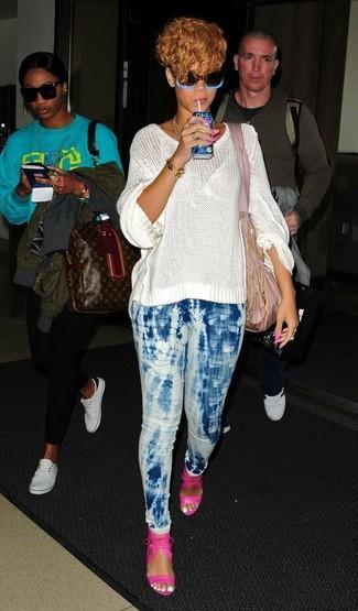 Как и с чем носить: белый вязаный свободный свитер, голубые джинсы скинни c принтом тай-дай, ярко-розовые кожаные босоножки на каблуке, розовая большая сумка из плотной ткани