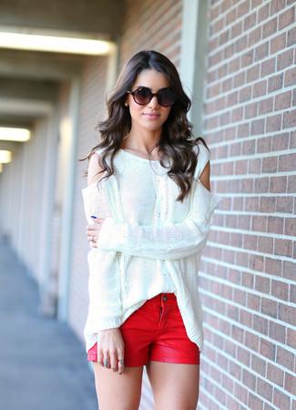 С чем носить красные джинсовые шорты женщине: Белый свободный свитер и красные джинсовые шорты — классное решение для женщин, которые никогда не могут усидеть на месте.