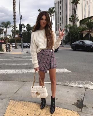 Как и с чем носить: белый вязаный свободный свитер, розовая твидовая мини-юбка, черные кожаные ботильоны, белая кожаная стеганая сумка-саквояж