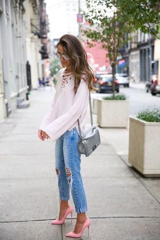 Как и с чем носить: белый вязаный свободный свитер, синие рваные джинсы-бойфренды, розовые кожаные туфли, серебряная кожаная стеганая сумка через плечо