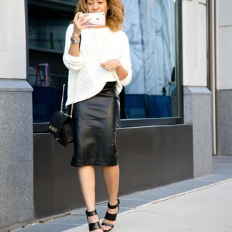 Как и с чем носить: белый вязаный свободный свитер, черная кожаная юбка-карандаш, черные кожаные босоножки на каблуке, черная кожаная сумка через плечо