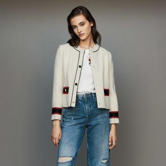 Женские луки: Несмотря на свою простоту, тандем белого твидового жакета и синих рваных джинсов продолжает завоевывать сердца многих модниц.