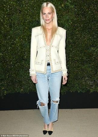 Как и с чем носить: белый твидовый жакет, голубые рваные джинсы-бойфренды, черно-светла-коричневые замшевые туфли