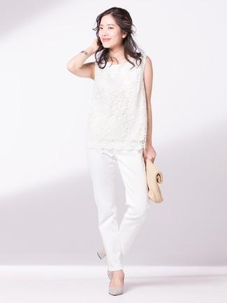 Как и с чем носить: белый кружевной топ без рукавов, белые брюки чинос, серые замшевые туфли, светло-коричневый соломенный клатч