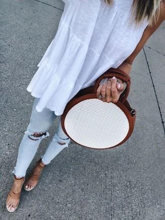 Как и с чем носить: белый топ без рукавов, голубые рваные джинсы скинни, светло-коричневые кожаные босоножки на танкетке, белая соломенная сумка через плечо