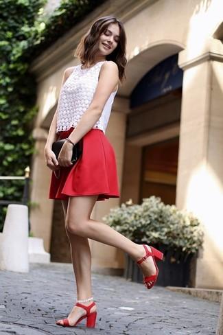 Как и с чем носить: белый кружевной топ без рукавов, красная короткая юбка-солнце, красные кожаные босоножки на каблуке, черный кожаный клатч