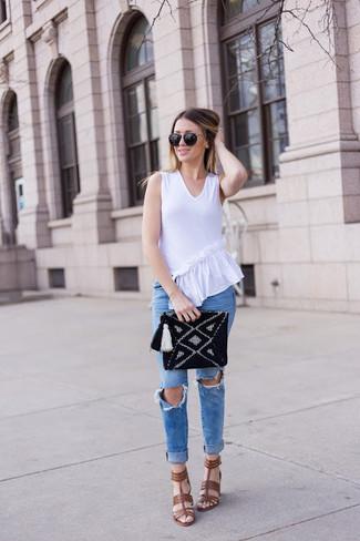 Как и с чем носить: белый топ без рукавов с рюшами, синие рваные джинсы скинни, коричневые кожаные босоножки на каблуке, черный вязаный клатч