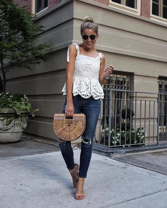 Как и с чем носить: белый кружевной топ без рукавов, темно-синие рваные джинсы скинни, светло-коричневые кожаные босоножки на каблуке, светло-коричневый соломенный клатч