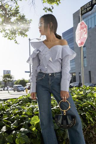 Как и с чем носить: белый топ с открытыми плечами в горизонтальную полоску, синие джинсы-клеш