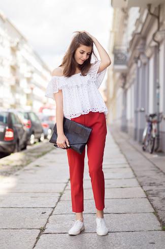 Как и с чем носить: белый топ с открытыми плечами с люверсами, красные узкие брюки, белые кожаные оксфорды, черный кожаный клатч