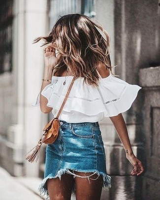 Как и с чем носить: белый топ с открытыми плечами, синяя джинсовая мини-юбка, светло-коричневая замшевая сумка через плечо
