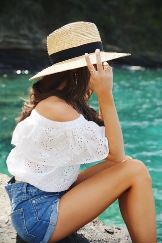 Как и с чем носить: белый топ с открытыми плечами с люверсами, синие джинсовые шорты, светло-коричневая соломенная шляпа