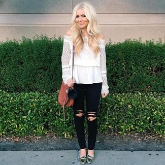Как и с чем носить: белый кружевной топ с открытыми плечами, черные рваные джинсы скинни, серебряные кожаные лоферы, коричневая кожаная сумка через плечо