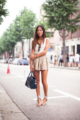 Как и с чем носить: белый укороченный топ, бежевые льняные шорты, белые кожаные сандалии на плоской подошве, темно-синяя кожаная большая сумка