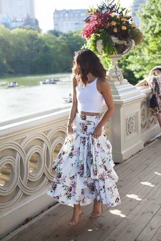 Белый укороченный топ: с чем носить и как сочетать: Белый укороченный топ и белая длинная юбка с цветочным принтом помогут создать несложный и практичный лук для выходного в парке или похода по магазинам. Вкупе с этим ансамблем идеально будут выглядеть бежевые кожаные босоножки на каблуке.