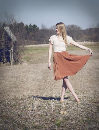 Как и с чем носить: белый кружевной укороченный топ, оранжевая шелковая пышная юбка, оранжевые кожаные балетки, розовое колье