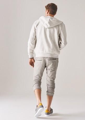 Как и с чем носить: белый худи, бежевые спортивные штаны, серые низкие кеды