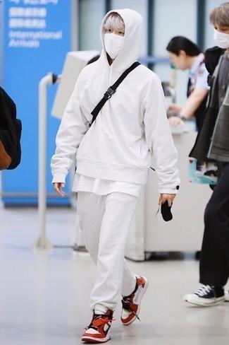 Мода для 20-летних мужчин: Белый худи и белые спортивные штаны — превосходная формула для создания привлекательного и удобного лука. В тандеме с этим луком наиболее удачно будут выглядеть бело-красные кожаные высокие кеды.