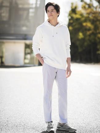 Как и с чем носить: белый худи, белые брюки чинос, серые замшевые низкие кеды