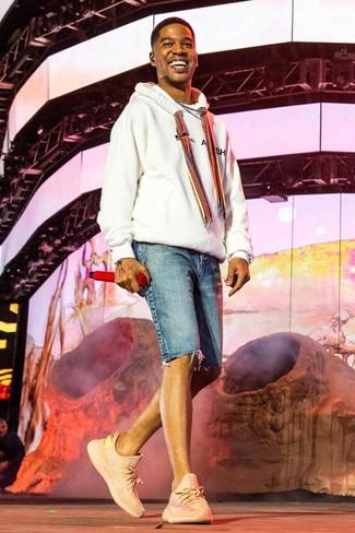 Как и с чем носить: белый худи, синие джинсовые шорты, розовые кроссовки