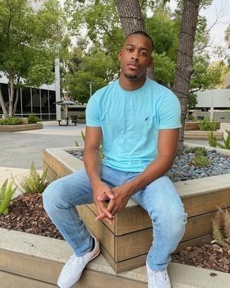 Мужские луки в жару: В бирюзовой футболке с круглым вырезом и голубых джинсах можно пойти на свидание в непринужденной атмосфере или провести выходной, когда в планах поход в кино или на квест.