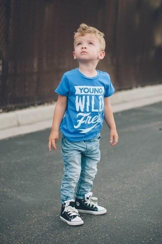 Как и с чем носить: бирюзовая футболка с принтом, голубые джинсы, черные кеды