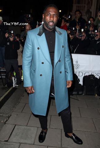Как Idris Elba носит Бирюзовое длинное пальто, Черная футболка-поло, Черные классические брюки, Черные кожаные лоферы
